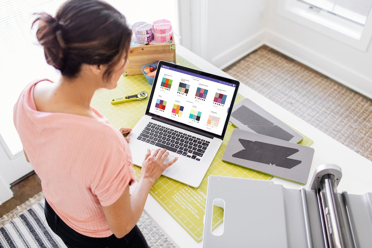 woman using laptop to access GO Quilt pattern customizer fabric selections